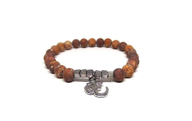 Brunt armband med DZI pärlor och AUM berlock