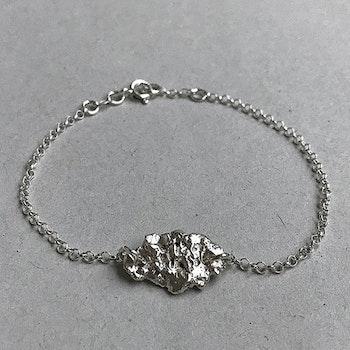 Silverarmband med rustik bricka