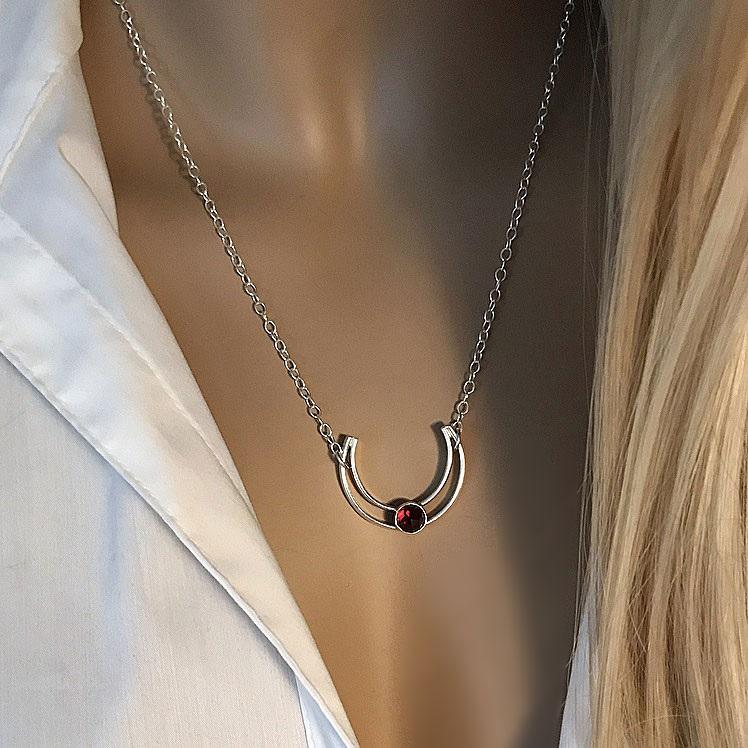 Halsband med granat sten och hästsko hänge silver