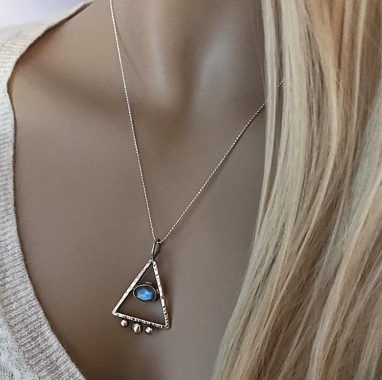 Äkta silverhalsband med pyramid hänge och öga