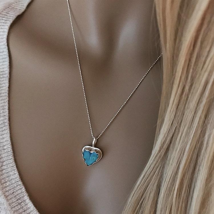 Halsband i silver med hjärta och sten, turkos sten.