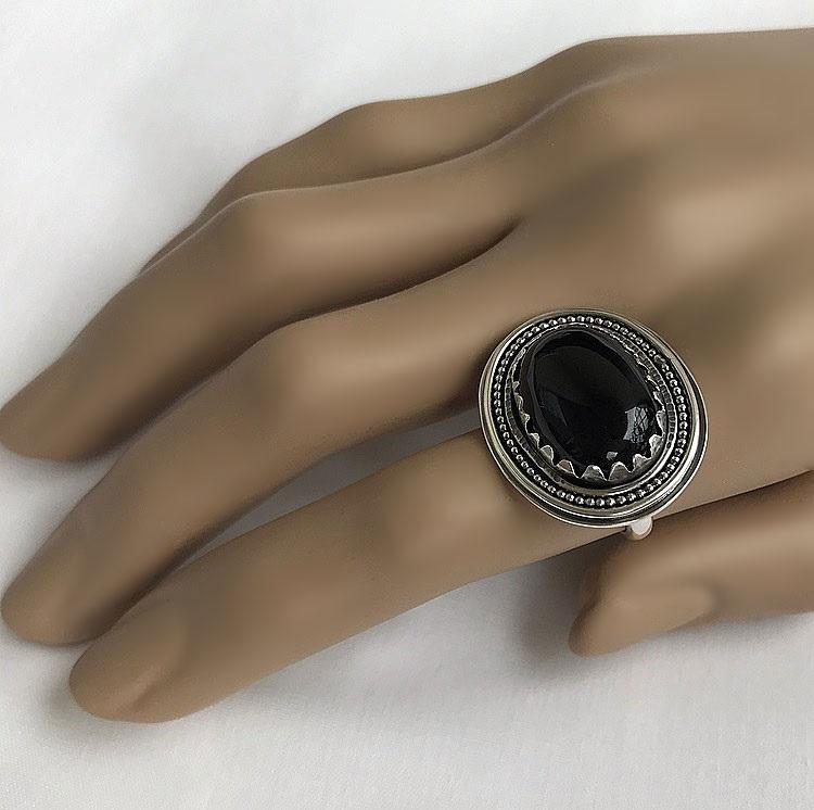 Svart onyx ring i silver. Detaljrik ring med svart ädelsten.