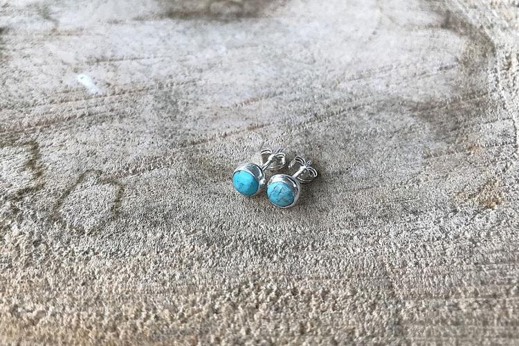Små runda turkos örhängen i äkta silver.