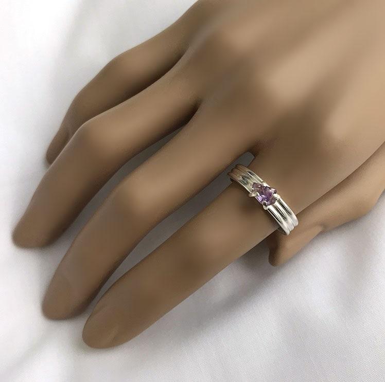 Ring i äkta silver med liten rå ametist sten.
