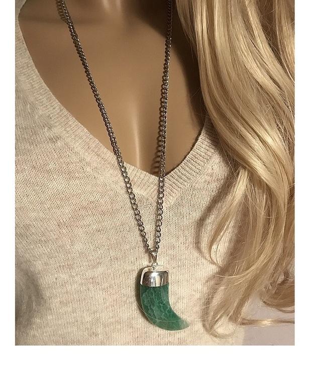Halsband med stor grön ädelsten, agatsten.