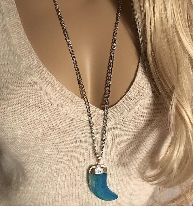 Silverpläterat halsband med stor kedja och blått tandhänge