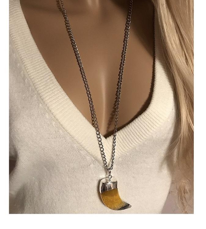 Silverpläterat kedjehalsband med stort hänge, gul agat sten tand.