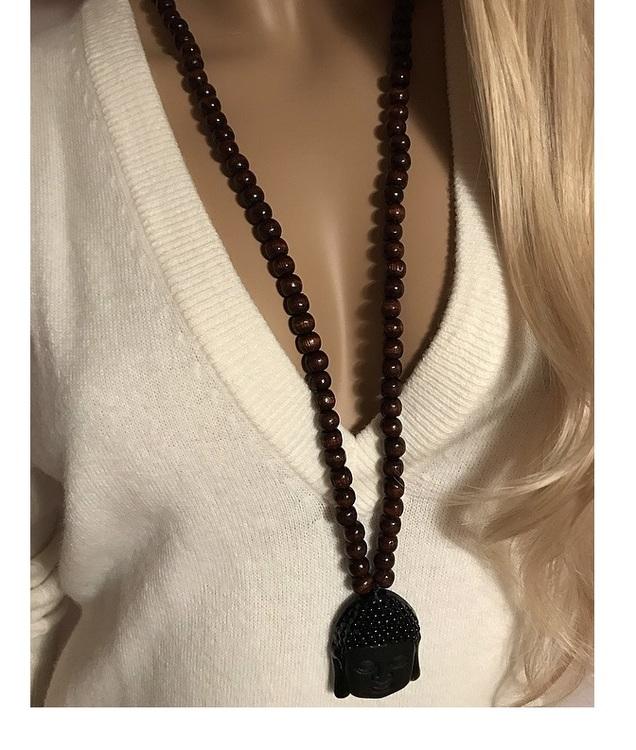 Halsband med bruna träkulor och svart stort hänge, Buddha huvud.
