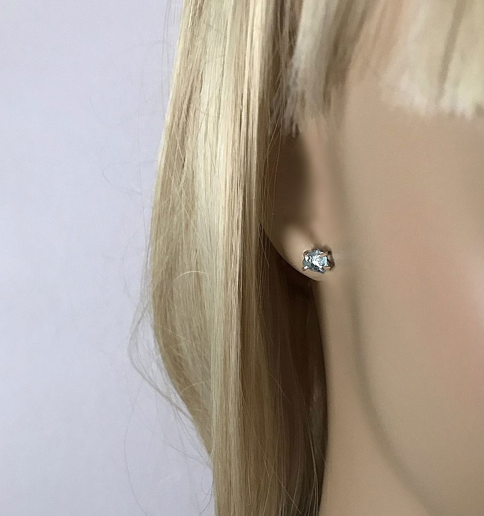 Stiftörhängen små akvamarin i klofattning silver