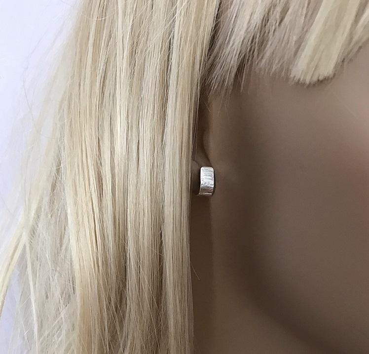 Breda hamrade huggie örhängen äkta silver