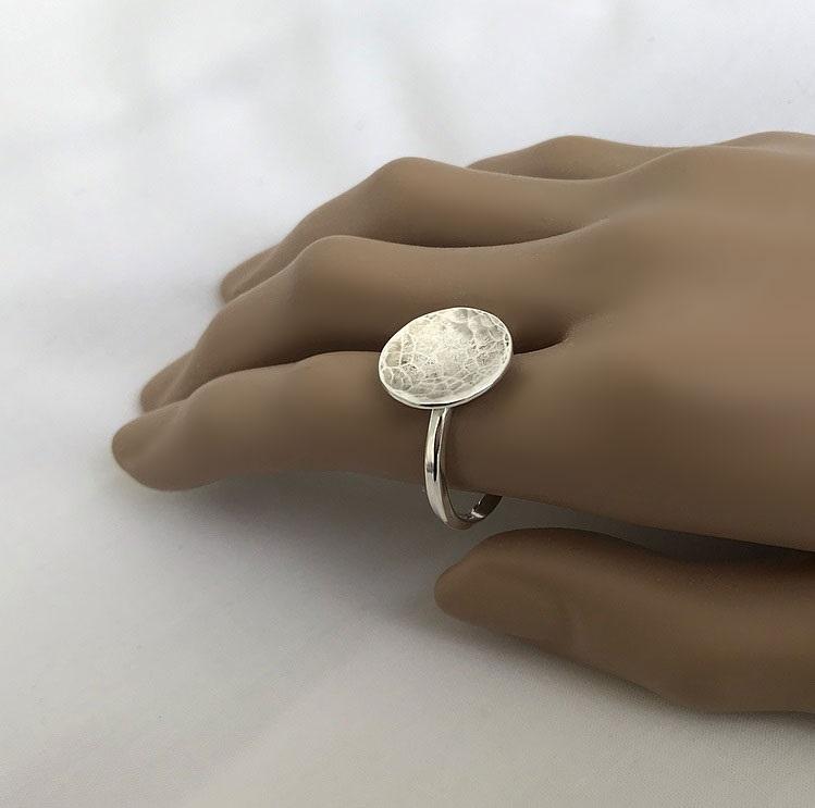 Silverring med stor rund hamrad platta