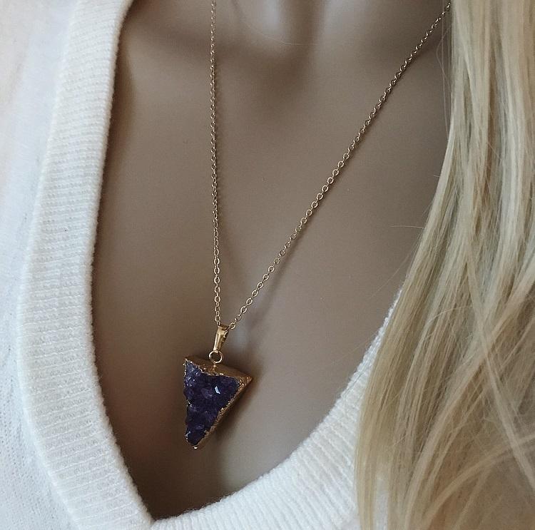 Halsband med trekantig druzy ametist sten