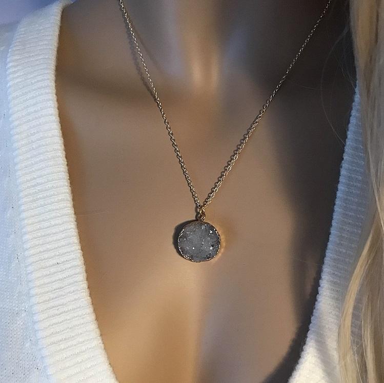 Guldpläterat halsband med grå druzy agat sten