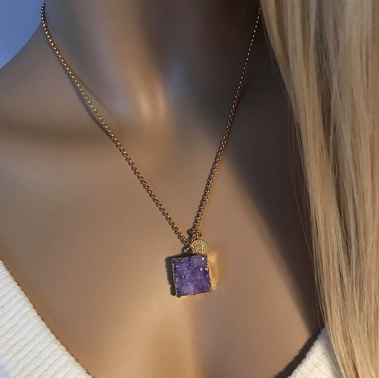 Halsband med lila sten