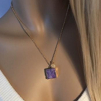 Halsband med lila fyrkantig sten