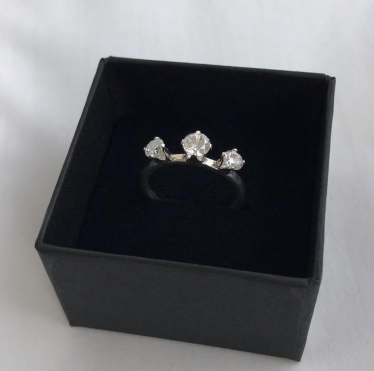 Cubic zirconia ring med tre vita stenar silver