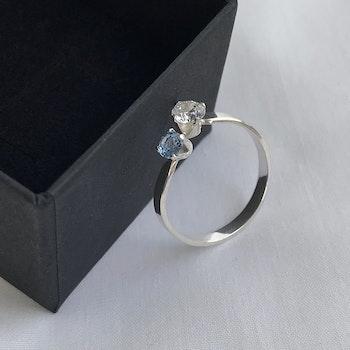 Öppen silverring med stenar