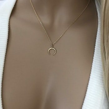Halsband med litet hänge