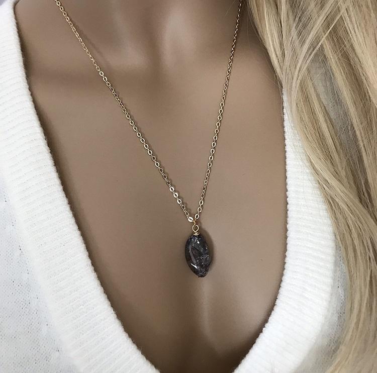 Halssmycke med svart sten