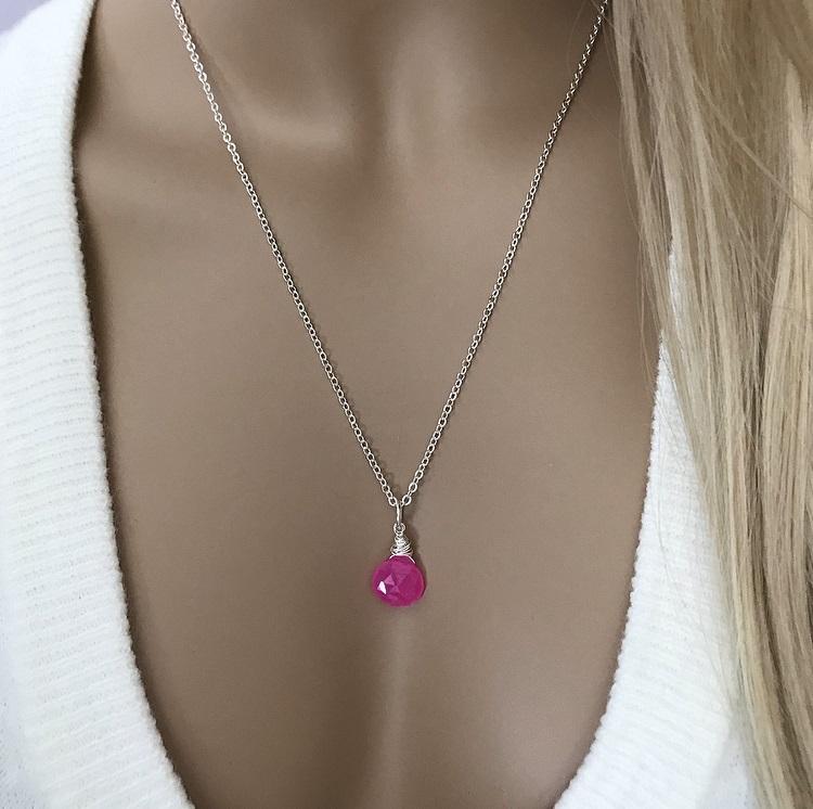 Halsband med stark rosa sten