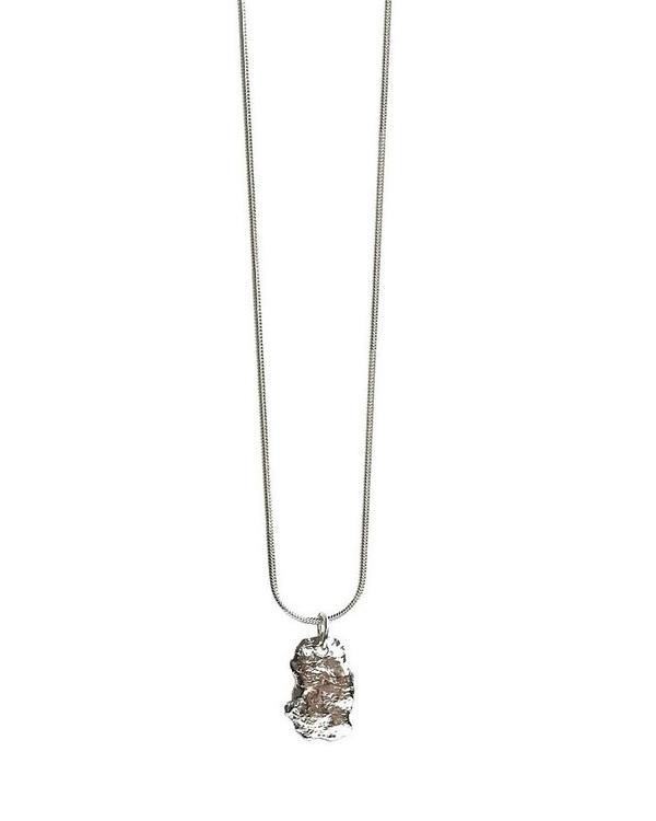 Rustikt silverhalsband med ormkedja och bricka