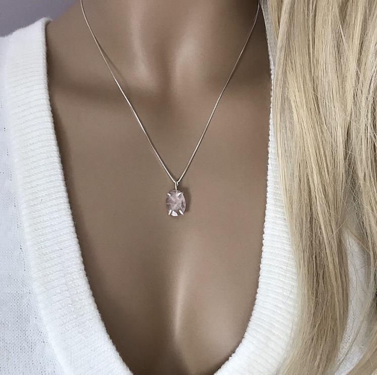 Halsband i silver med rosenkvarts sten