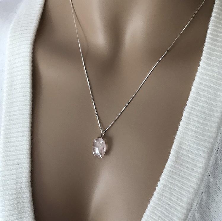 Halsband med oval rosenkvarts sten silver