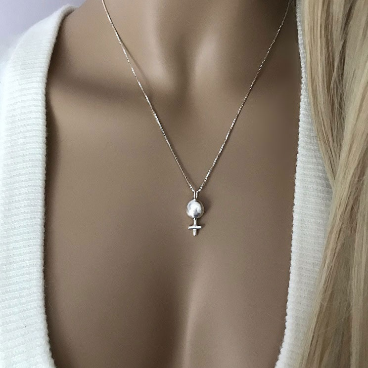 Halsband med feminist hänge silver