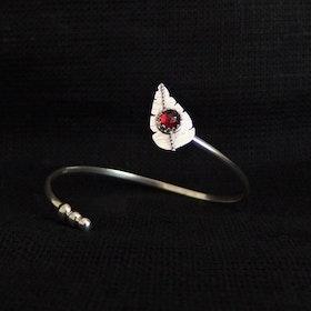 Öppet silverarmband med löv