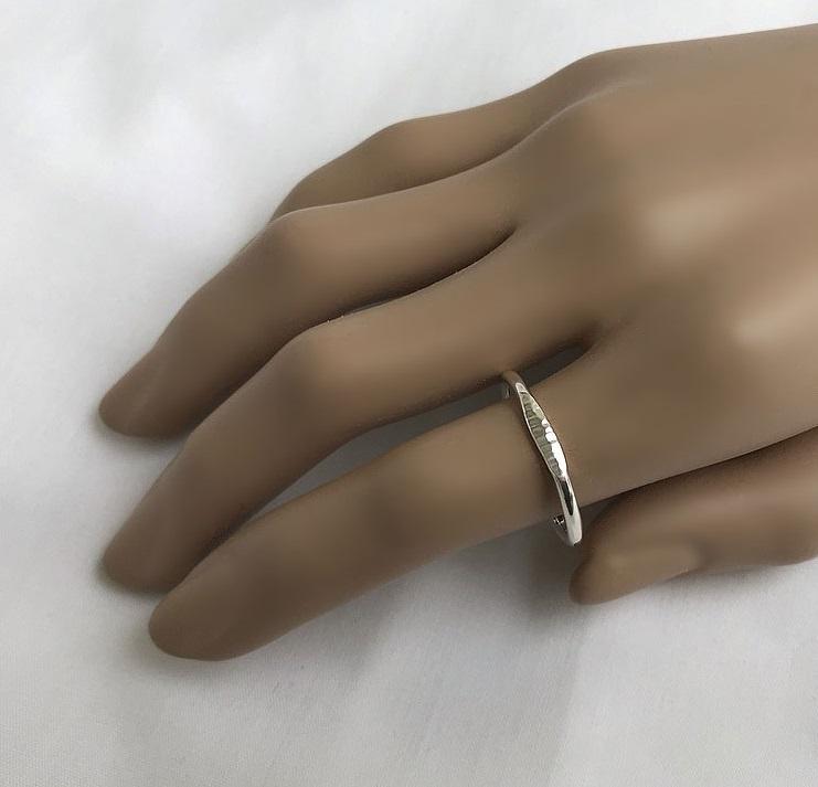 Ring i silver platt mönstrad framtill
