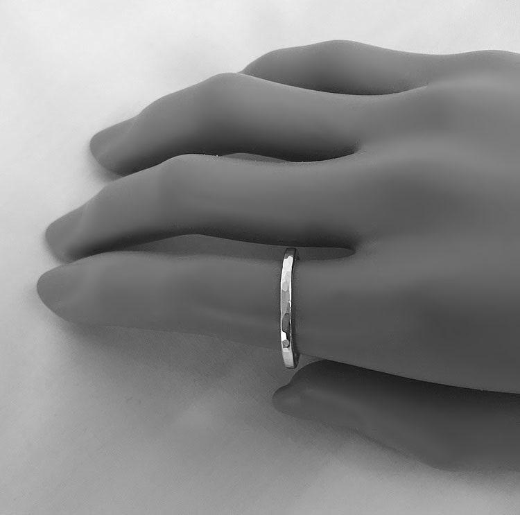 Ring med hamrad yta silver