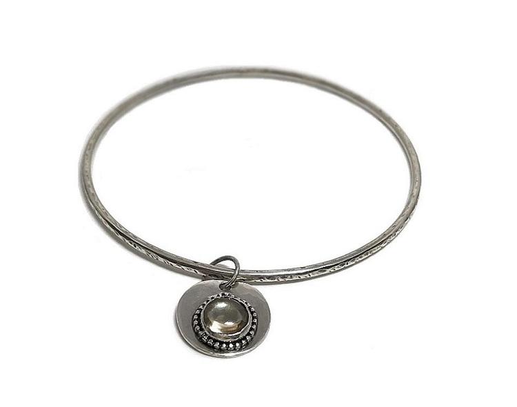 Bangle armband i silver med rund berlock