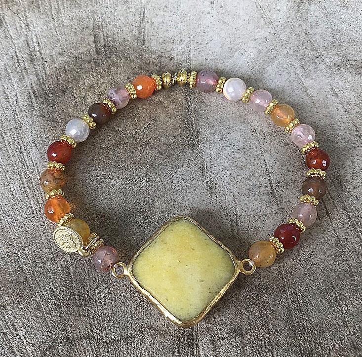 Gult och orange armband stenar