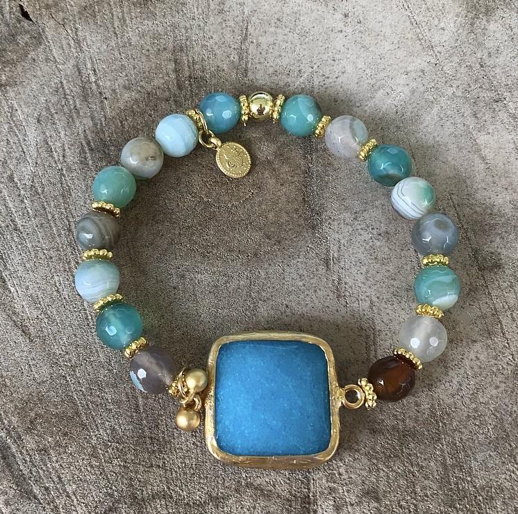 Armband med mixade stenar och berlocker