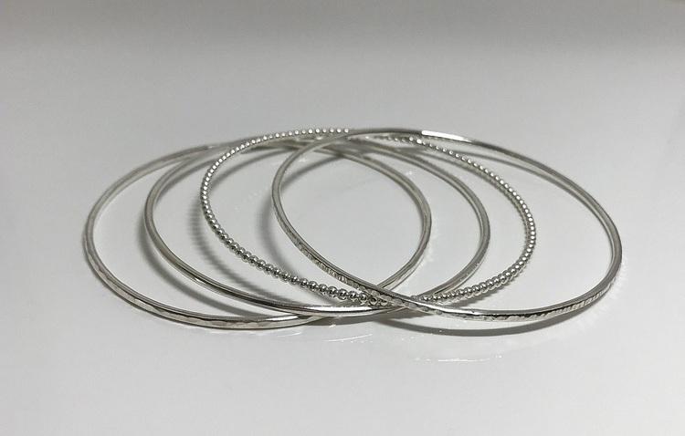 Armringar med olika ytor silver