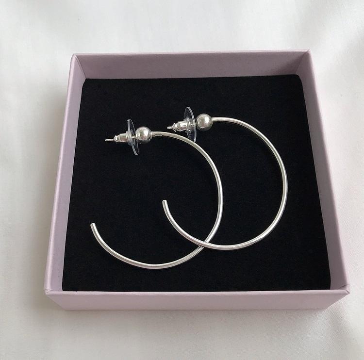 Silverörhängen creoler