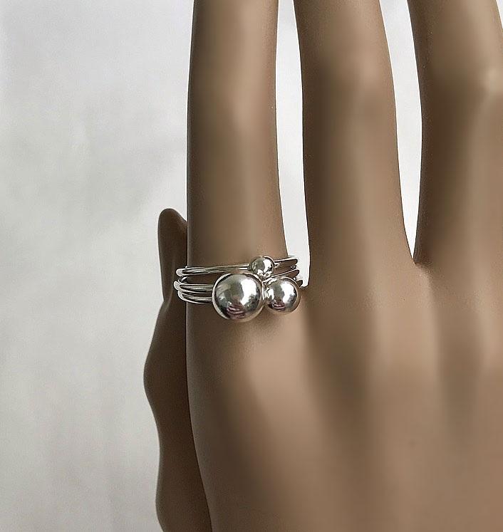 Ringar i silver med kula