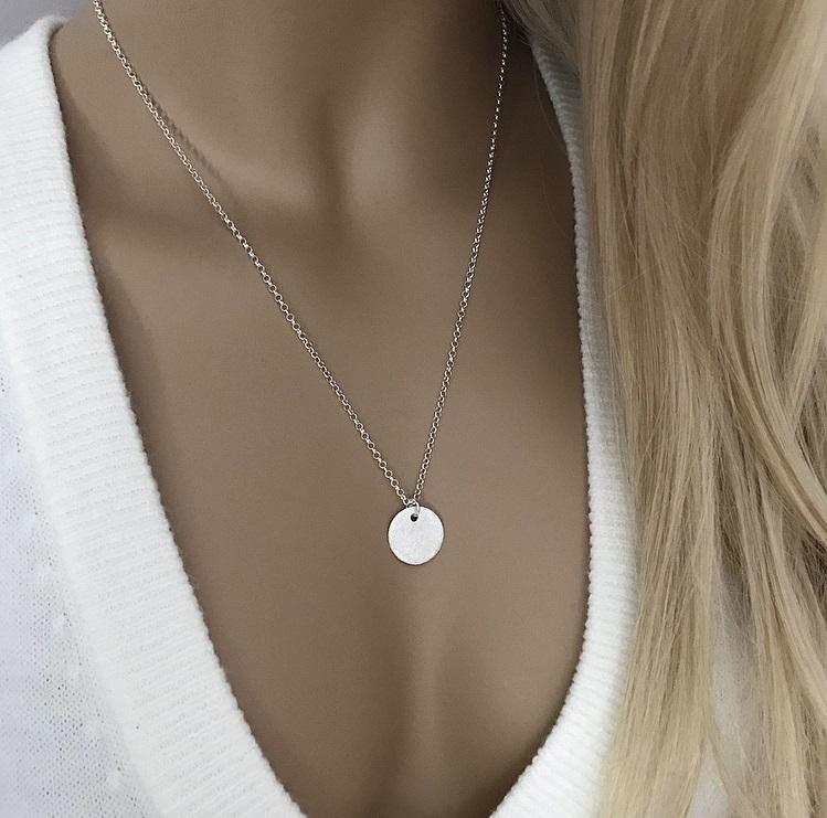 Halsband i silver med blästrad bricka