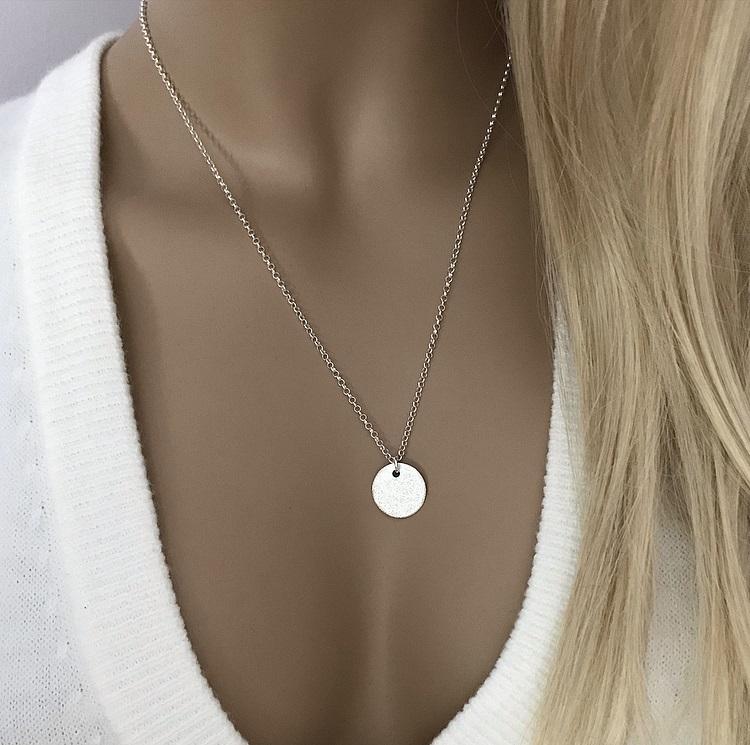 Halsband med rund matt bricka silver
