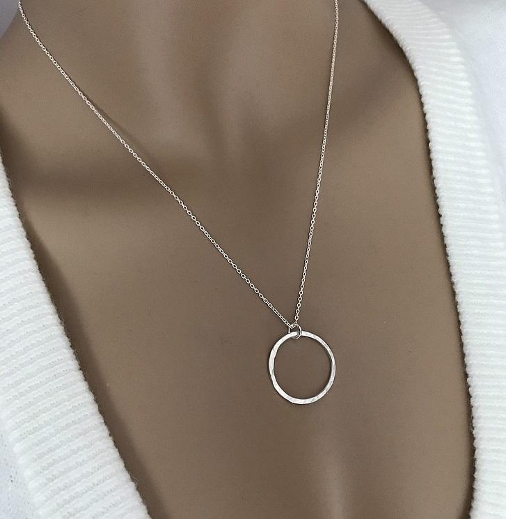 Halsband med hamrad cirkel silver