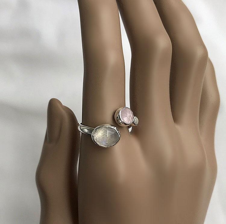 Silverring med vita och rosa stenar