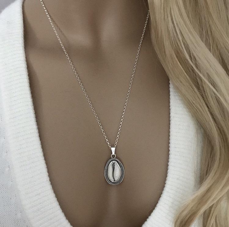 Halsband med vit snäcka silver