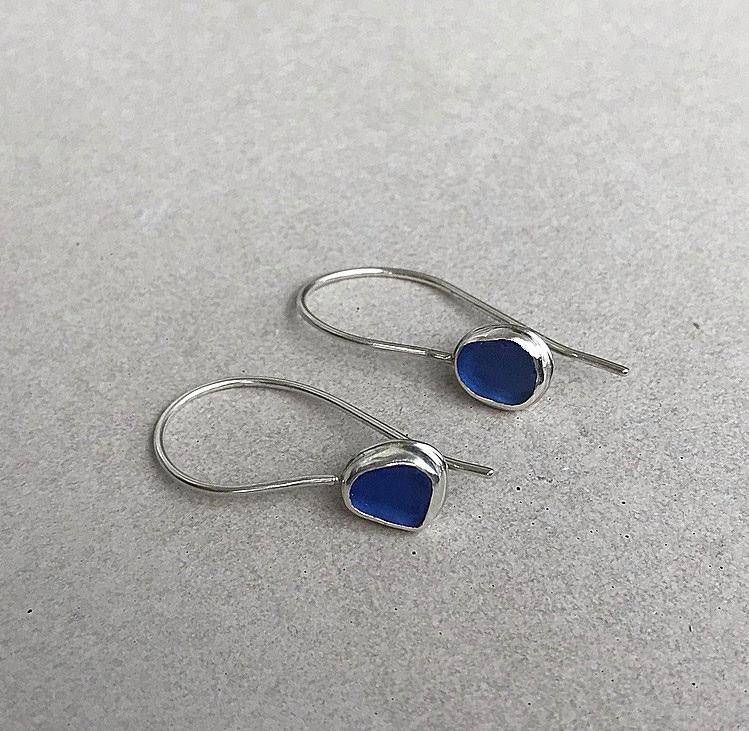 Blå sjöglas örhängen silver