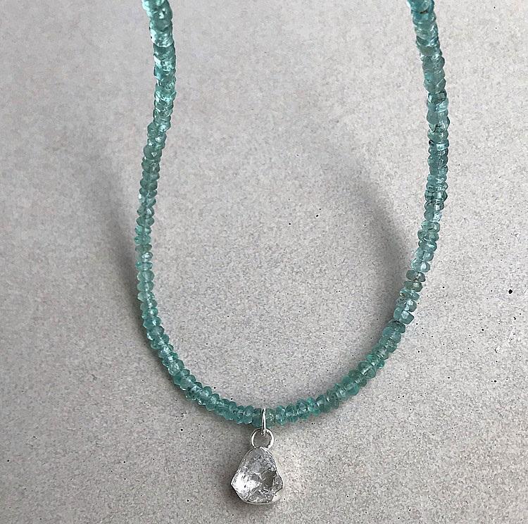 Neon blått apatit halsband