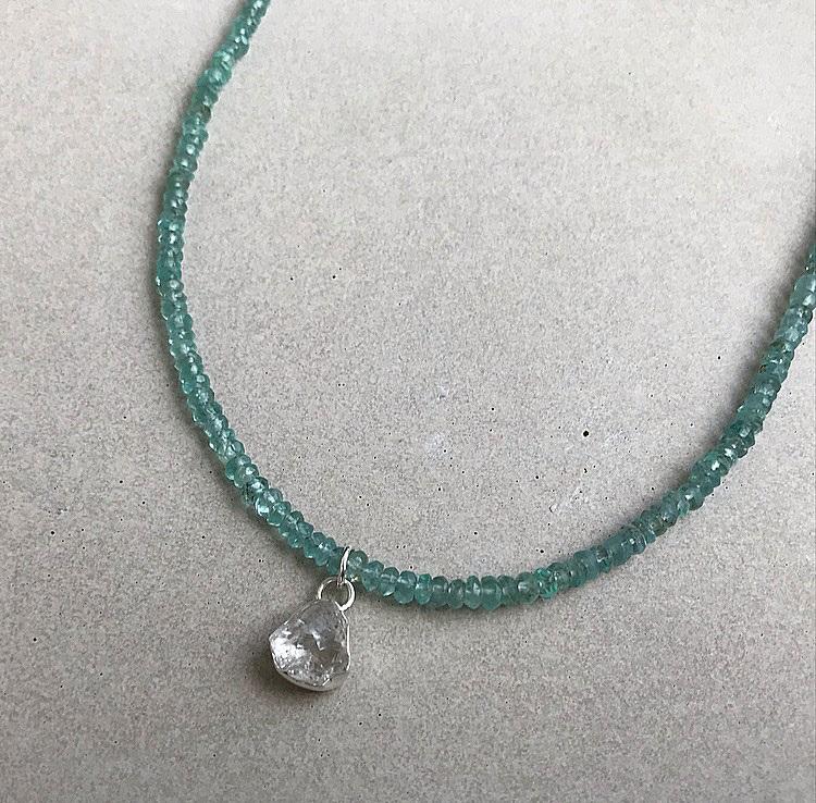 Silverhalsband blå apatit stenar