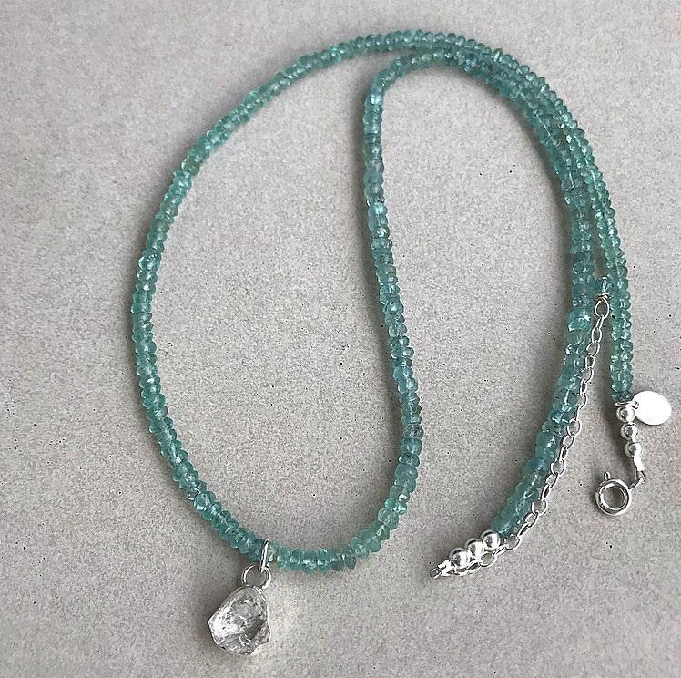 Blå apatit halsband med rå kvarts kristall