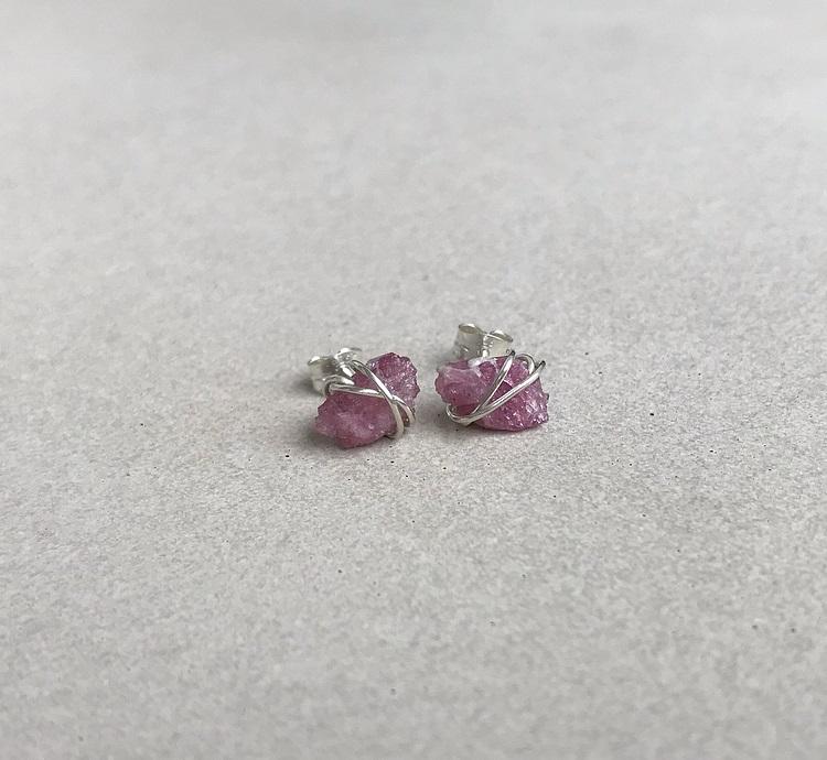 Rosa rå turmalin örhängen