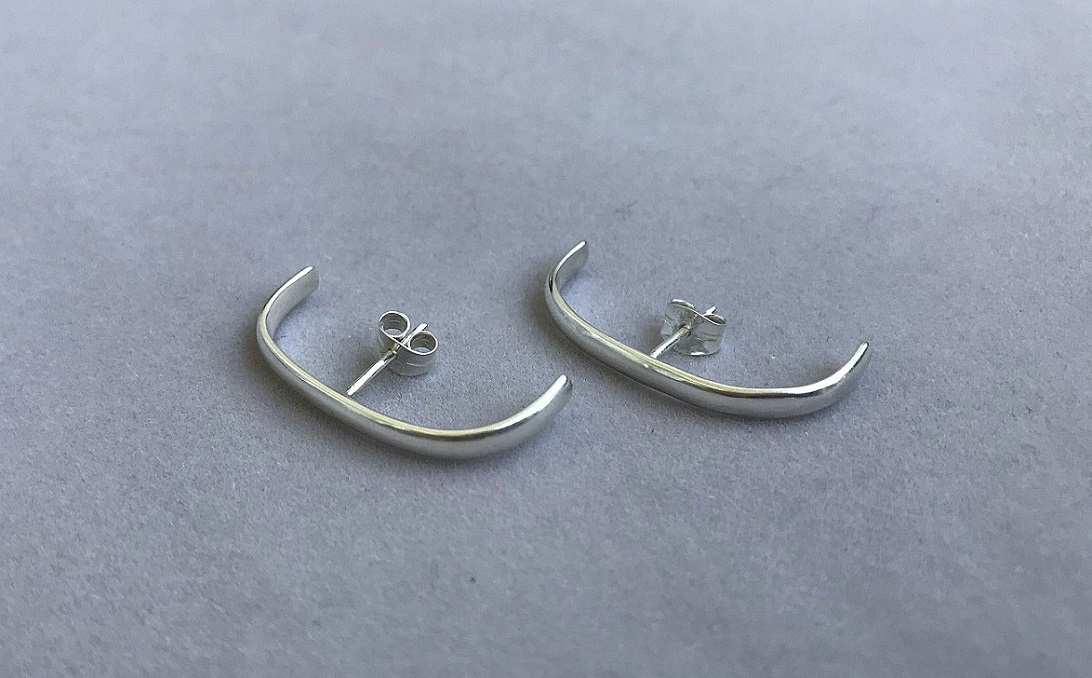 Långa huggie örhängen silver