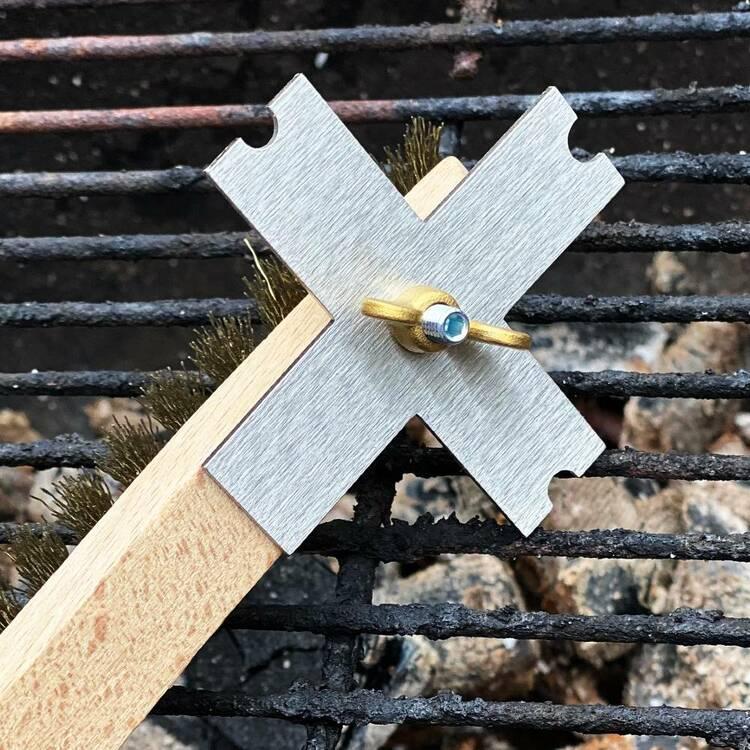 Rengöringsborste med rostfri skrapa till grillen