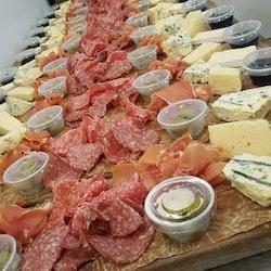 Större ost- och charkbricka till nyåret